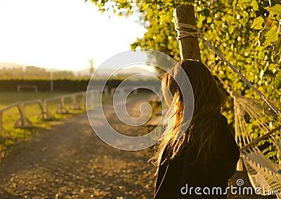 Muchacha que mira el horizonte