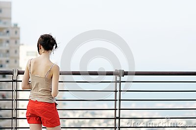 Muchacha que mira en ciudad