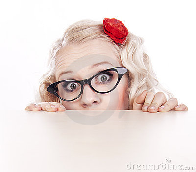 Muchacha que oculta detrás de un escritorio