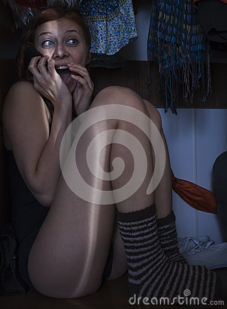 Muchacha que oculta en el armario