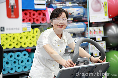 Muchacha que se resuelve en el gimnasio