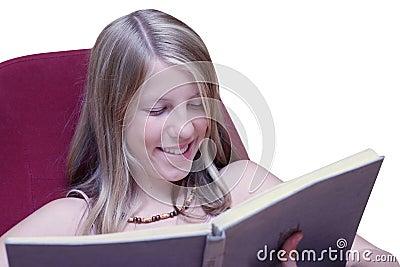Muchacha que sonríe cuando libro de lectura