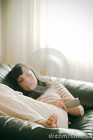 Muchacha que ve la TV