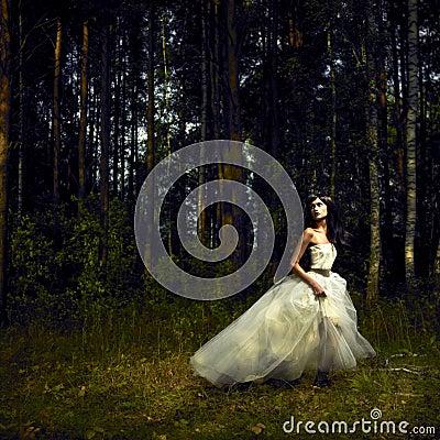 Muchacha romántica en bosque de hadas