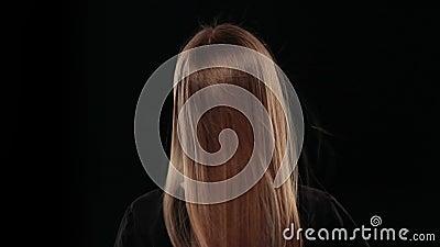Muchacha rubia joven con el pelo que agita con el viento almacen de metraje de vídeo