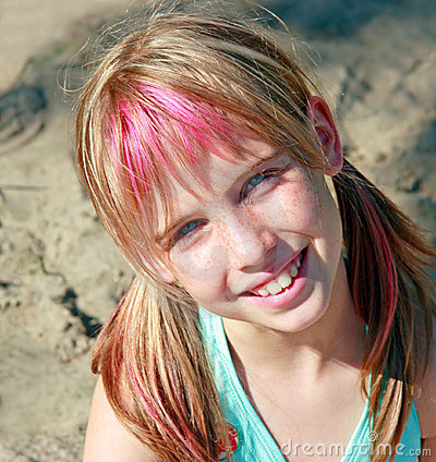 Muchacha rubia linda con los ojos azules