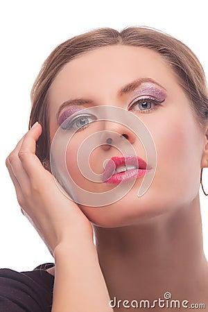 Muchacha rubia sensual con maquillaje del estilo de la voga