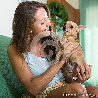 Muchacha sonriente con Russkiy Toy Terrier