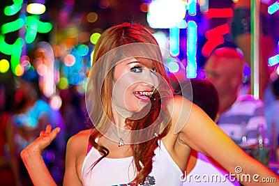 Muchacha tailandesa en el club nocturno de Patong Foto editorial