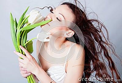 Muchacha triguena con las flores del tulipán
