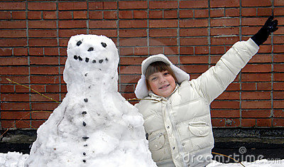 Muchacha y muñeco de nieve