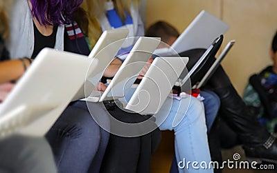Muchachas con la computadora portátil