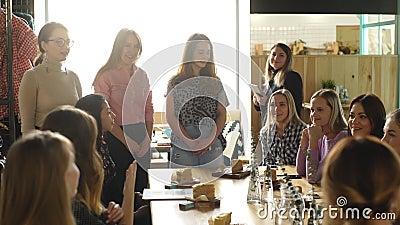 Muchachas de la reunión en cafés metrajes
