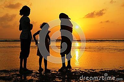 Muchachas en la puesta del sol