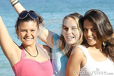 Muchachas sonrientes felices de las vacaciones