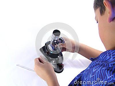 Muchacho con el microscopio 2