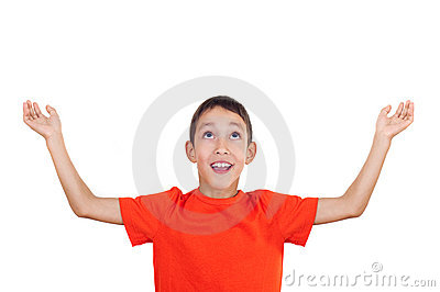 Muchacho con las manos levantadas