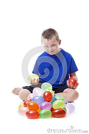 Muchacho con los globos de agua