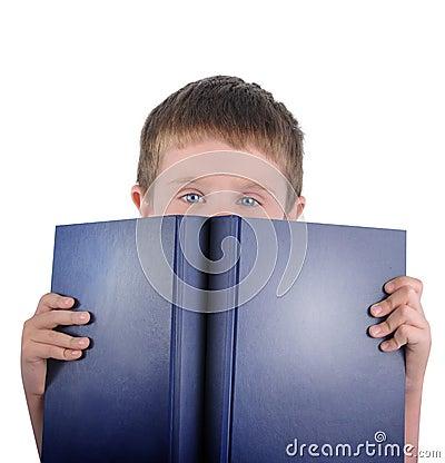 Muchacho de escuela de la lectura con el libro