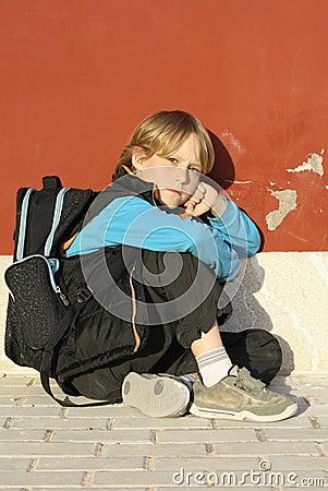 Muchacho de escuela solo
