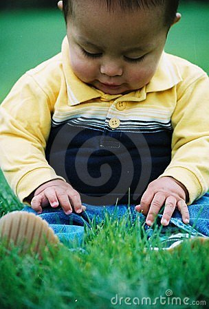 Muchacho en hierba
