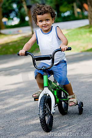Muchacho en la bici