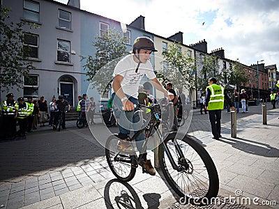 Muchacho en un salto de la bici del bmx/de montaña Foto de archivo editorial