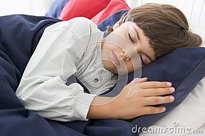 Muchacho joven dormido en su cama
