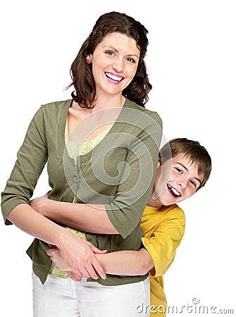 Muchacho joven feliz que juega con su madre