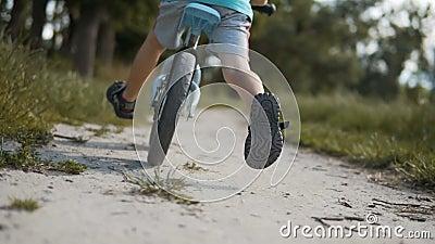 Muchacho que completa un ciclo una bici del funcionamiento metrajes