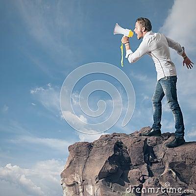Muchacho que grita en el megáfono