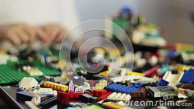 Muchacho que juega con LEGO