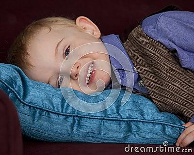 Muchacho soñoliento en la almohadilla