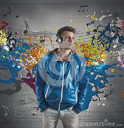 Muchacho y el salpicar de la nota de la música