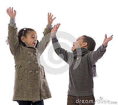 Muchacho y muchacha alegres