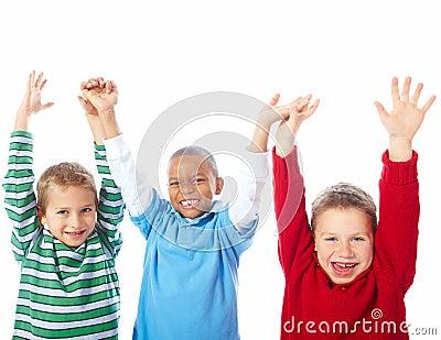 Muchachos jovenes con sus manos levantadas