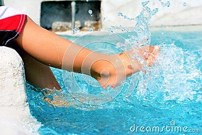 Muchachos que juegan en la piscina