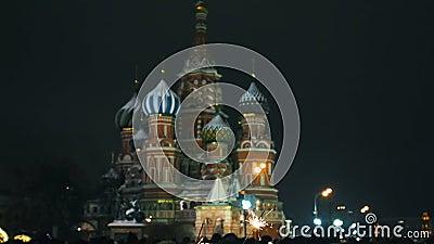 Muchas personas se reunieron para una celebración universal de Año Nuevo en Moscú en la Plaza Roja cerca de la Catedral de St Bas almacen de metraje de vídeo