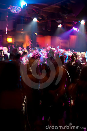 Muchedumbre de la danza del club nocturno