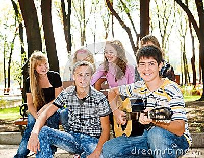 Muchedumbre de las adolescencias en parque