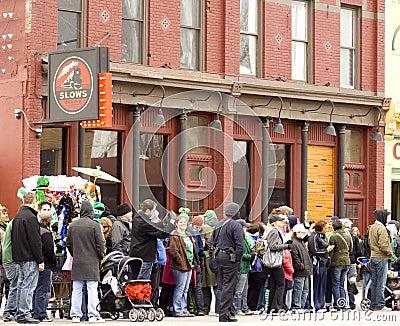 Muchedumbre del desfile del día del St. Patricks Foto de archivo editorial