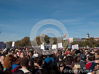 Muchedumbre durante la reunión para restablecer cordura y/o miedo Imagen editorial