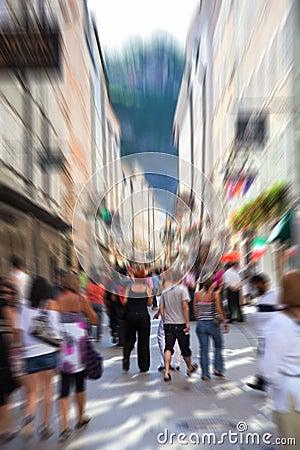 Muchedumbre en una calle estrecha de la ciudad