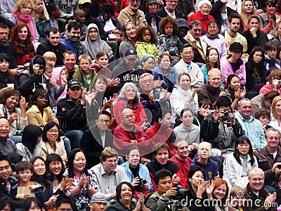 Muchedumbres diversas en la cucharada en el FE de Thames del río Imagen de archivo editorial