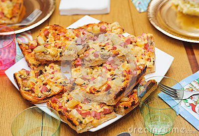 Muchos pequeños pedazos de pizza hecha a mano. comida nutritiva