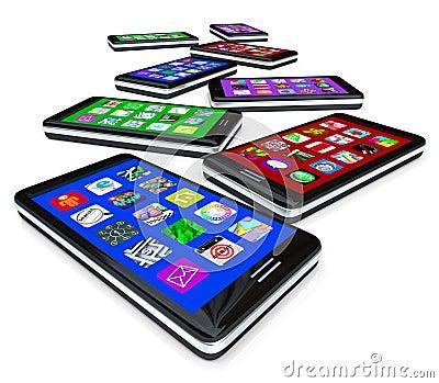 Muchos teléfonos elegantes con Apps en las pantallas táctiles