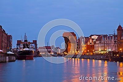Muelle de Motlawa y Gdansk vieja en la noche
