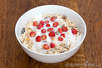 Muesli with yoghurt and wild strawberry