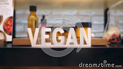 Muestra del vegano en estante ético de la sección de los cosméticos en alameda de compras 4K almacen de video
