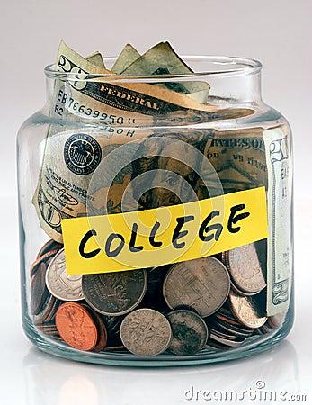 Muito dinheiro em um frasco de vidro etiquetou a faculdade